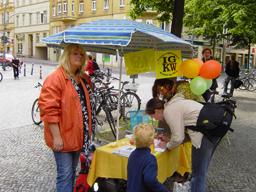 Die IGKW informierte am Marheinekeplatz über die Probleme der Kneipen  Foto: psk