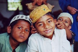 Schon im Grundschulalter beginnen viele Kinder in Bangladesh mit dem Auswendiglernen des Koran.  Foto: MAYALOK