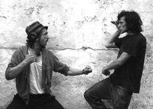 Murat und Hakan hängen und albern an ihrer Straßenecke rum  Foto: Dirk Lütter
