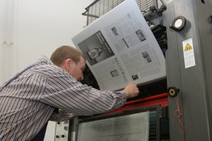 Drucker Uli Sattler beim Einspannen der Druckplatte. Trotz Schnellspannvorrichtung ist die Benutzung eines Schraubenschlüssels obligatorisch.  Foto: rsp