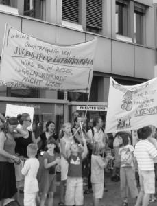 JUGEND DEMONSTRIERT: Schon im Sommer wurde  für den Erhalt von Jugendeinrichtungen protestiert.  Das könnte bald wieder passieren.  Foto: psk