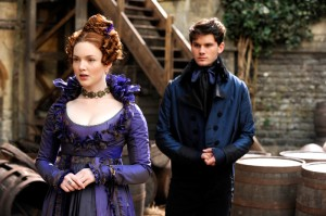 Die Kühle und der Waisenknabe. Estella (Holliday Grainger) will Pip (Jeremy Irvine) nicht an sich heranlassen.  Foto: Senator