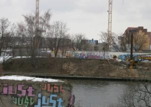 East Side Gallery von hinten: Im Vordergrund ein Pfeiler der Brommybrücke, dahinter das fehlende Mauerstück.  Foto: ben