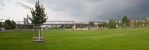 Große Flächen mit viel Grün. Naherholung zwischen U-Bahnbrücken und Luxuswohnungen.  Foto: rsp