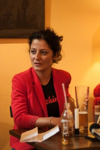 Aus dem Wrangelkiez in den Bundestag? Cansel Kiziltepe im Redaktionsgespräch mit der KuK.  Foto: rsp