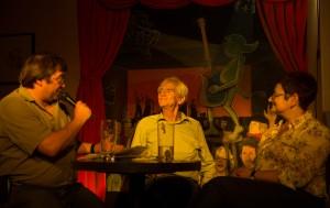 Gesprächsrunde im Keller. Hans-Christian Ströbele beantwortet die Fragen von KuK und Publikum.  Foto: phils