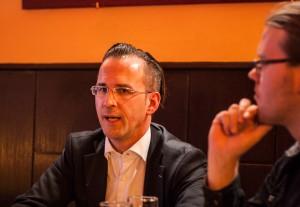 Helmut Metzner lässt sich vom Blick des KuK-Redakteurs Robert S. Plaul und den kritischen Nachfragen des Publikums nicht beirren.  Foto: cs