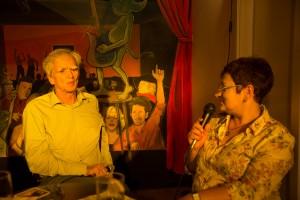 Hans-Christian Ströbele mit KuK-Redakteurin Manuela Albicker.  Foto: phils