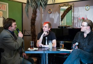 Sebastian von Hoff mit den KuK-Redakteuren Peter S. Kaspar und Robert S. Plaul.  Foto: phils