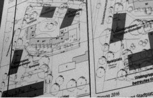 Die urspüngliche Planung (links) sah eine Verlegung des Spielplatzes in den Innenbereich vor. Nach Einwänden der Anwohner soll der Spielplatz (rechts) nun an seinem bisherigen Platz bleiben. Lediglich  seine Spitze wird ein wenig gekappt, dafür wird er etwas breiter.  Foto: psk