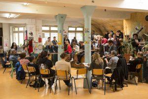 Alles im Plenum: Die Schule für Erwachsenenbildung ist der Basisdemokratie verpflichtet.  Foto: rsp