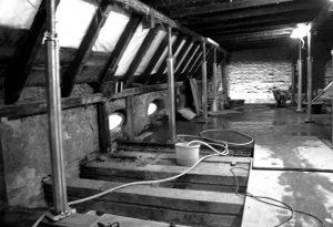 Dringend sanierungsbedürftig: Die marode Dachkonstruktion der Fontanepromenade 15. Foto: kappa