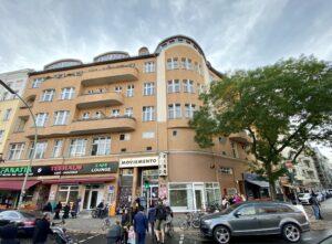 Eckhaus Kottbusser Damm / Boppstraße. Im ersten Stockwerk befindet sich das Kino Moviemento