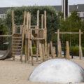 Klettergerüst auf leerem Spielplatz