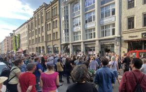 Kundgebung vor der Oranienstraße 25 in Kreuzberg