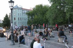 Feiernde Menschen auf der Admiralbrücke
