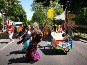 »Mini-Karneval« als Demo auf der Gneisenaustraße Ende Mai 2020
