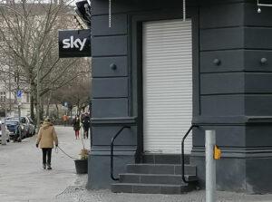 geschlossene Kneipe mit Sky-Schild